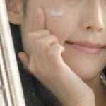 頬にクリームを塗る女性