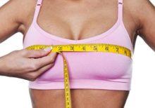 バストサイズを測る女性
