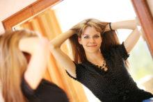 髪をかき上げる女性